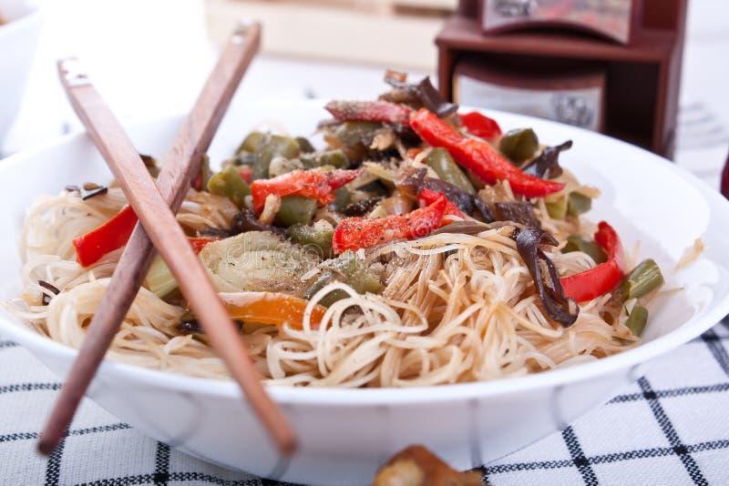 De noedels van de rijst met groenten stock afbeelding