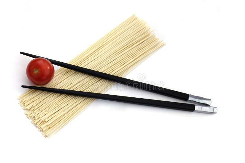 De noedels van Japan met eetstokjes die op wit worden geïsoleerdn stock foto
