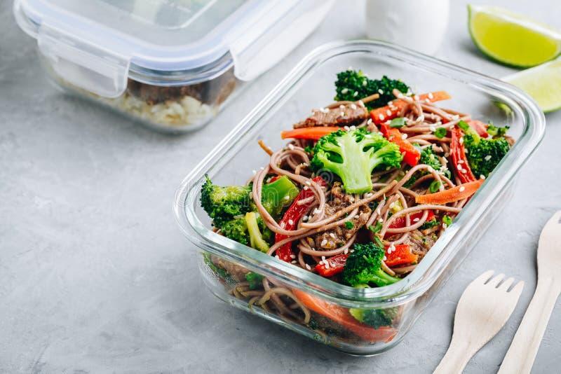 De noedels van rundvleesbroccoli bewegen container van de de lunchdoos van de gebraden gerechtmaaltijd prep royalty-vrije stock fotografie