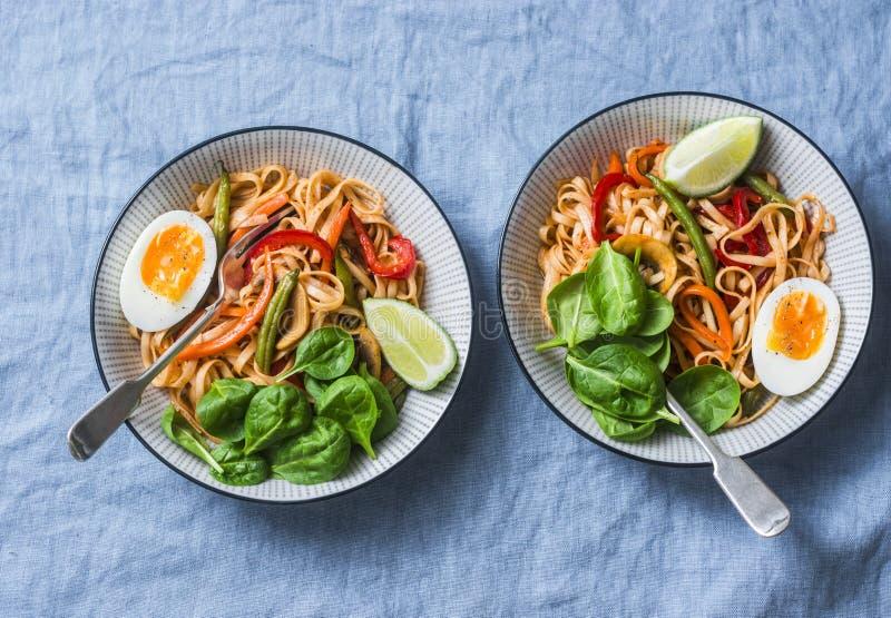 De noedels van Yakiudon met bewegen gebraden gerechtgroenten, gekookte ei en spinazie Vegetarische noedels met slabonen, paprika' royalty-vrije stock afbeeldingen