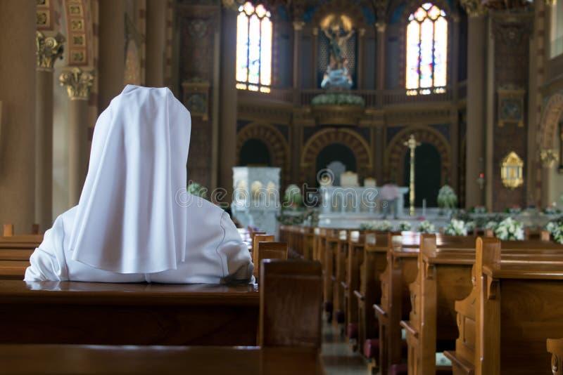 De non zit in de kerk en bidt aan God royalty-vrije stock foto's