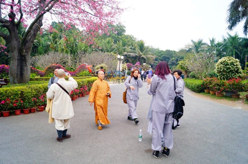 De nonnen spelen in het park, in Shenzhen stock afbeelding