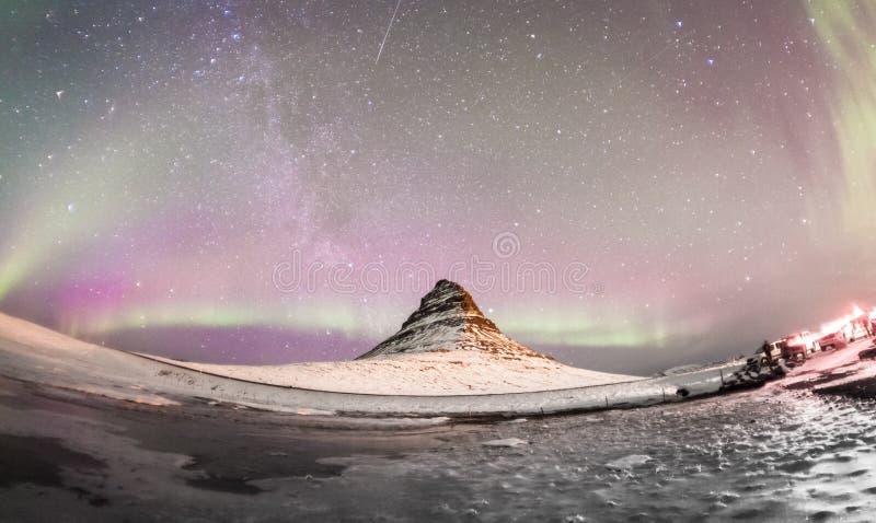De Noordelijke Lichten en de winter de melkachtige manier over Kirkjufell stock foto's