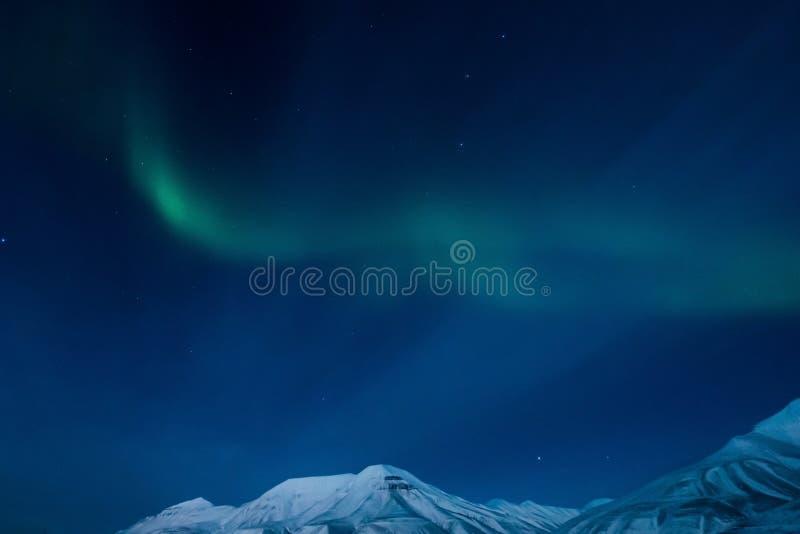 De nordliga ljusen i bergen av Svalbard, Longyearbyen, Spitsbergen, Norge tapet royaltyfria bilder