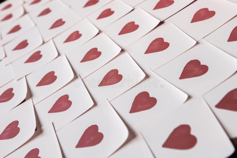 De nota's van de liefde Achtergrond voor ontwerp met rode harten stock foto