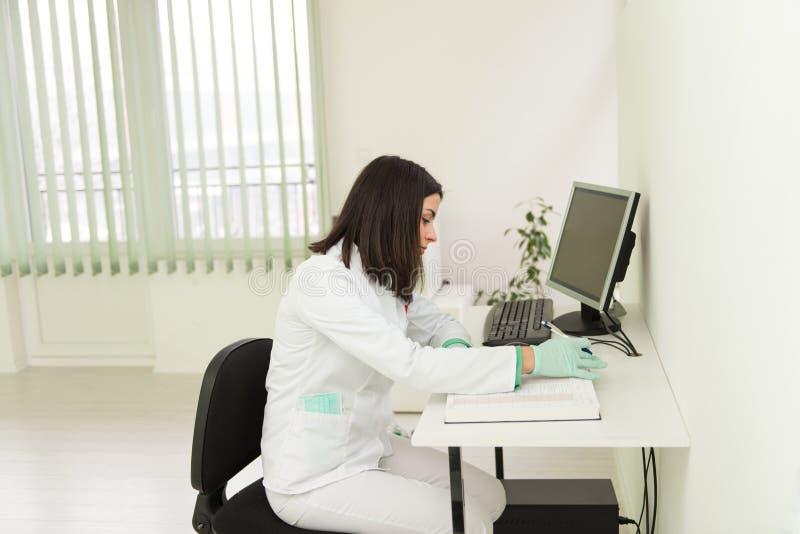 De Nota's van tandartsassistant writes some in Medisch Boek royalty-vrije stock afbeeldingen