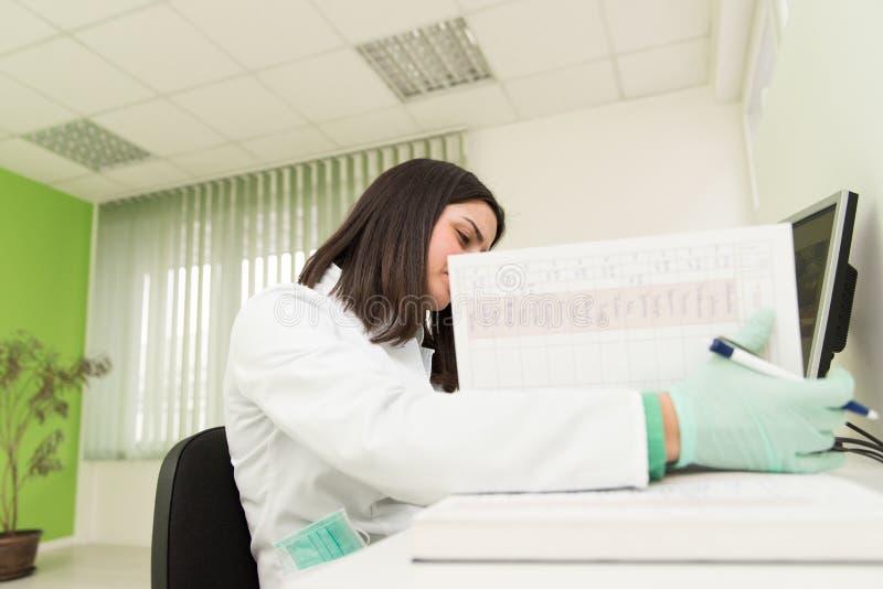 De Nota's van tandartsassistant writes some in Medisch Boek stock foto's