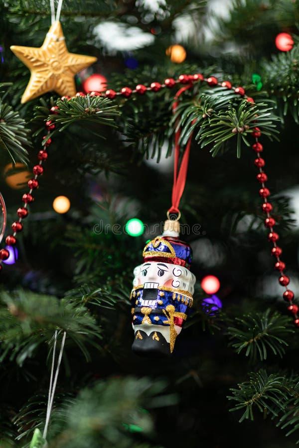 De notekraker op een spar Kerstmisdecoratie van een spar De achtergrond van het nieuwjaar `s royalty-vrije stock afbeelding