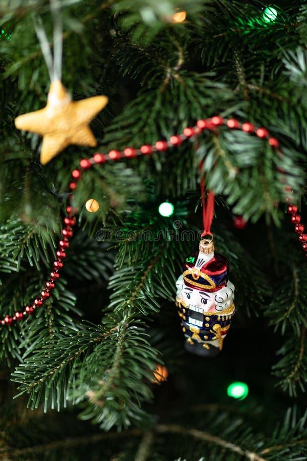 De notekraker op een spar Kerstmisdecoratie van een spar De achtergrond van het nieuwjaar `s royalty-vrije stock afbeeldingen