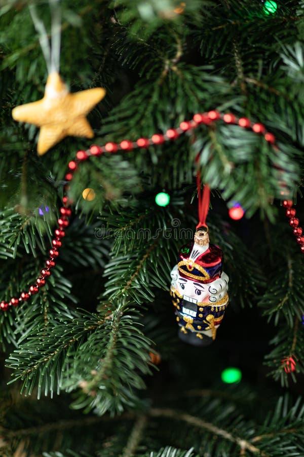De notekraker op een spar Kerstmisdecoratie van een spar De achtergrond van het nieuwjaar `s stock afbeelding