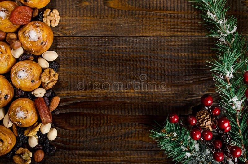 De noten, de droge vruchten, de pistaches en de eigengemaakte koekjes verspreidden zich van de zak op de lijst, Nieuwjaarattribut stock afbeelding