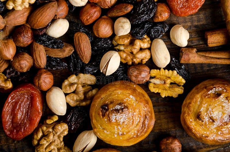 De noten, de droge vruchten, de pistaches en de eigengemaakte koekjes zijn verspreid van de zak op de lijst stock fotografie