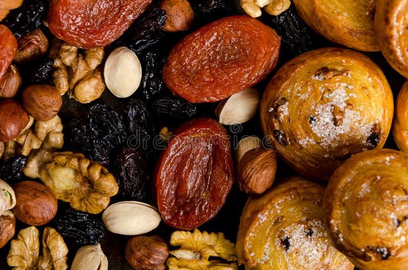 De noten, de droge vruchten, de pistaches en de eigengemaakte koekjes zijn verspreid van de zak op de lijst royalty-vrije stock afbeelding