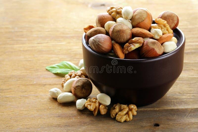 De noten van de mengeling - okkernoten, hazelnoten, amandelen royalty-vrije stock afbeelding