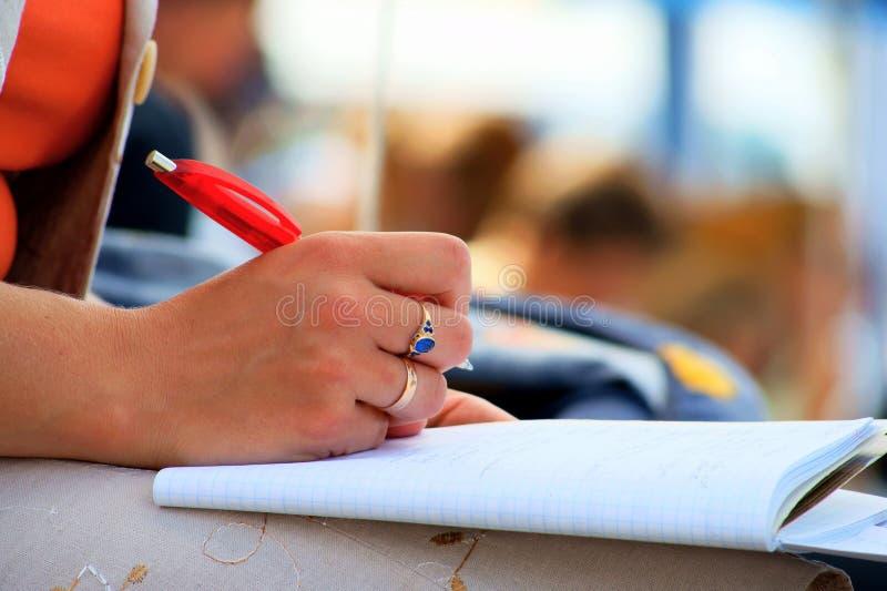 De notitieboekjes en het schrijven van de hand royalty-vrije stock afbeeldingen