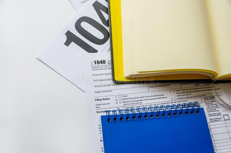 De notitieboekjes van belastingsvorm 1040 en twee royalty-vrije stock afbeelding