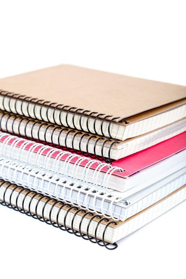De notitieboekjes van de stapellente op witte achtergrond worden geïsoleerd die stock fotografie