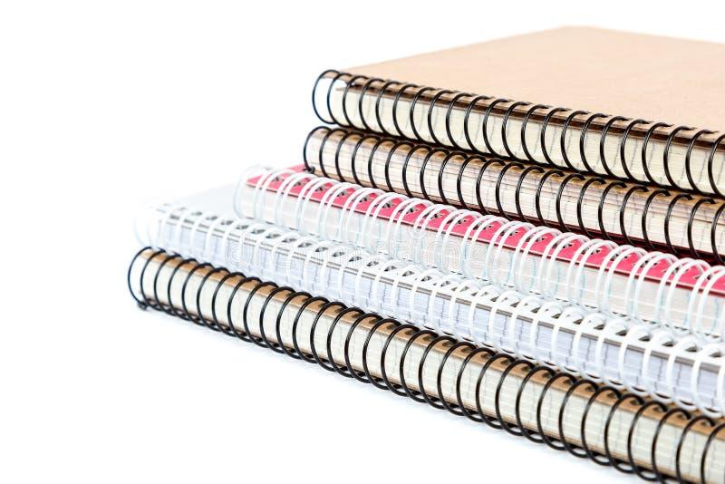 De notitieboekjes van de stapellente op witte achtergrond worden geïsoleerd die stock foto