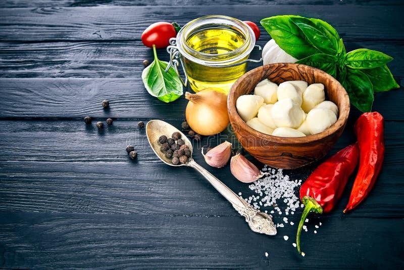 De nourriture toujours la vie italienne avec du mozzarella de fromage photos stock