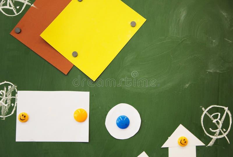 De nouveau à l'école Aimants et paper& x27 ; chiffres de s sur le bureau image stock