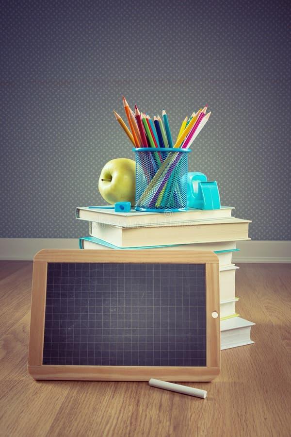 De nouveau à l'école avec la pomme et le tableau noir photos stock