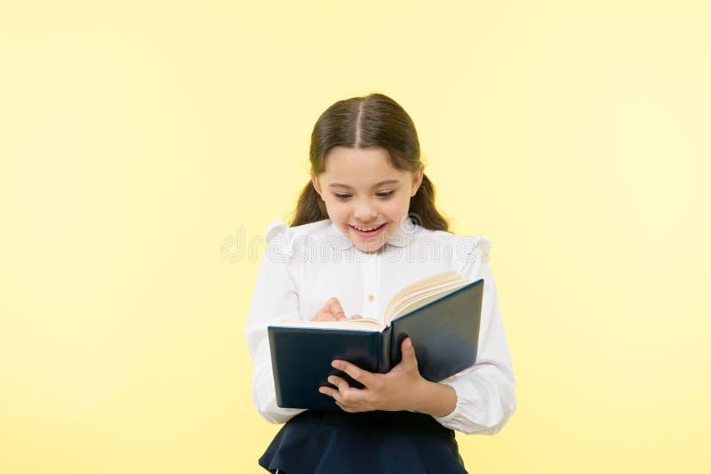 De nouveau à l'école Bonheur d'enfance petite fille heureuse dans l'uniforme scolaire petit enfant de fille Enseignement privé se image libre de droits