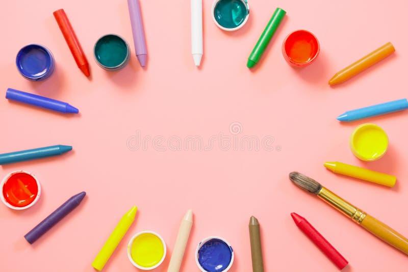 De nouveau à l'école Crayons de cire colorés, peintures pour créatif sur le rose Copiez l'espace Vue supérieure photographie stock libre de droits