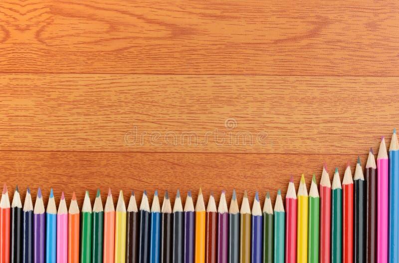 De nouveau aux crayons de couleur d'école sur le fond photographie stock libre de droits