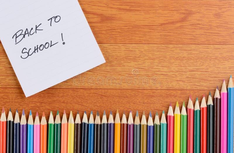 De nouveau aux notes et aux crayons d'école photos stock