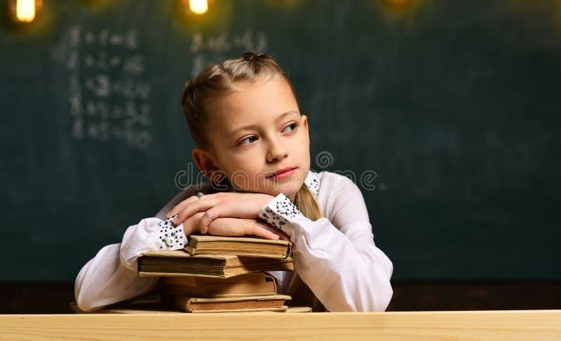 De nouveau à l'école Lycée ou étudiants universitaires étudiant et lisant ensemble dans la bibliothèque Recherchez le tuteur avec photo stock