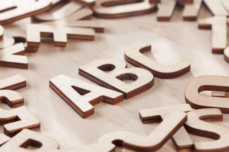 De nouveau au concept d'école Alphabet fait de lettres en bois photo stock