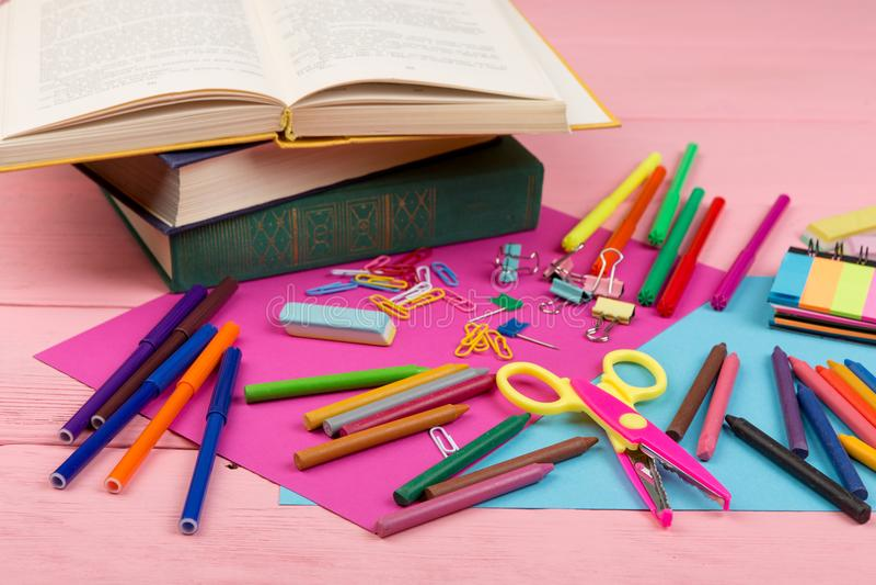 De nouveau au concept d'école - fournitures scolaires : livres, marqueurs, crayons, papier rose et bleu, ciseaux, gomme et d'autr image stock
