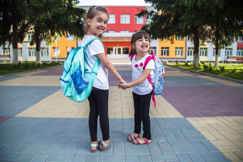 De nouveau au concept d'éducation d'école avec des enfants de fille, étudiants élémentaires, sacs à dos de transport allant class photos stock