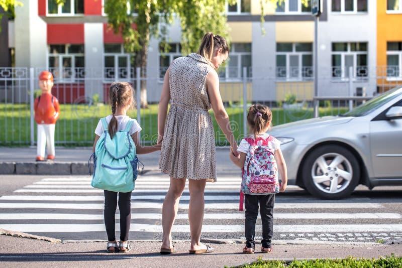 De nouveau au concept d'éducation d'école avec des enfants de fille, étudiants élémentaires, sacs à dos de transport allant class images stock