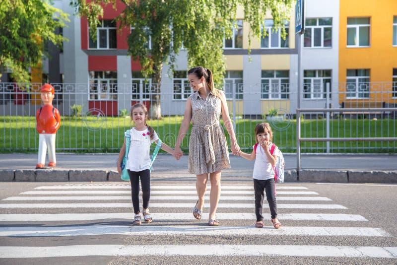 De nouveau au concept d'éducation d'école avec des enfants de fille, étudiants élémentaires, sacs à dos de transport allant class photo stock
