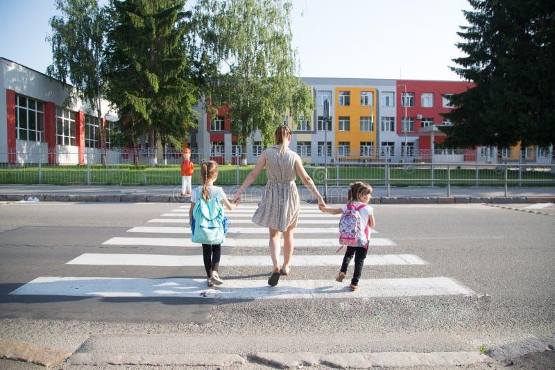 De nouveau au concept d'éducation d'école avec des enfants de fille, étudiants élémentaires, sacs à dos de transport allant class images libres de droits