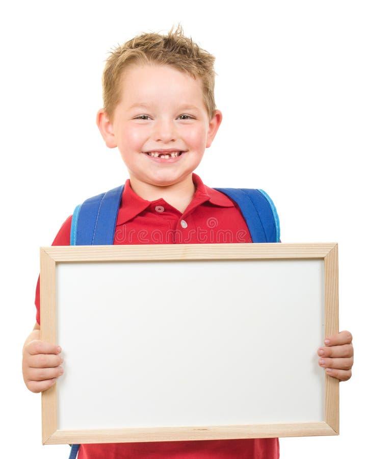 De nouveau au concept d'éducation d'école avec le sac à dos d'enfant et le signe de port de se tenir image stock