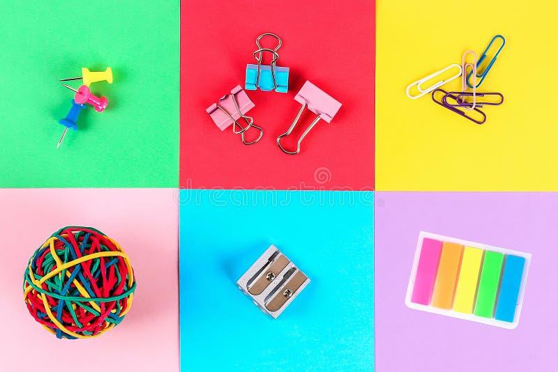 De nouveau au concept d'?cole les fournitures scolaires soustraient la texture colorée de fond photo stock