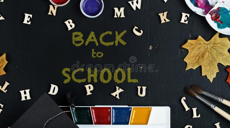 De nouveau au fond coloré d'école photo libre de droits