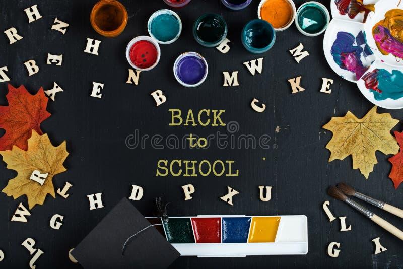 De nouveau au fond coloré d'école photo stock