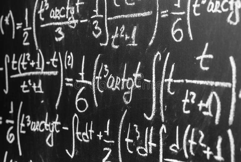 De nouveau au fond d'école avec des maths des formules sont écrites par la craie blanche sur le tableau noir photo stock