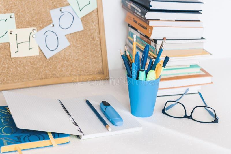 De nouveau au fond d'?cole (EPS+JPG) Accessoires de papeterie – piles de carnets, crayons en plastique de support, stylos, marque images stock
