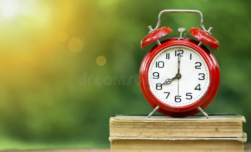 De nouveau au temps d'école, réveil pendant le matin photo stock