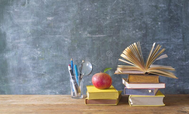 De nouveau aux approvisionnements d'école et d'éducation image stock