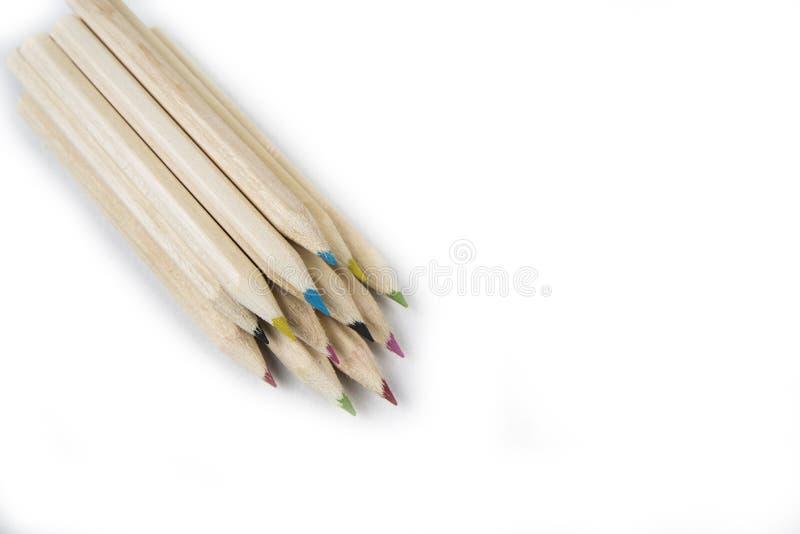 De nouveau aux approvisionnements d'école et de salle de classe avec le plan rapproché sur le mélange a coloré des crayons sur le photos libres de droits