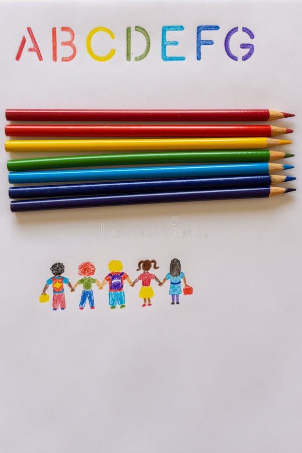 De nouveau aux crayons d'école avec des enfants d'arc-en-ciel d'ABC photos libres de droits