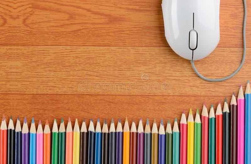 Crayons de couleur et une souris d'ordinateur photo stock
