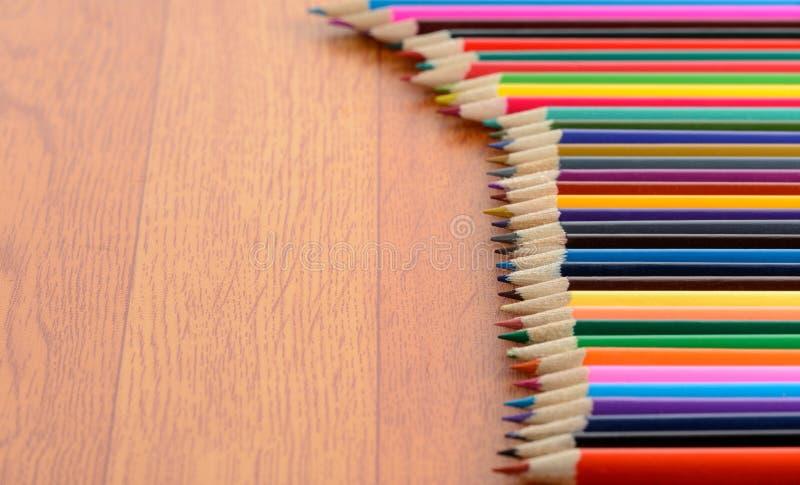 Crayons de couleur sur le plancher en bois images libres de droits