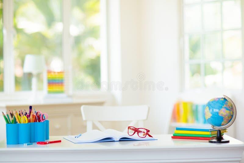 De nouveau ? l'?cole Bureau d'enfants avec des livres, globe images stock