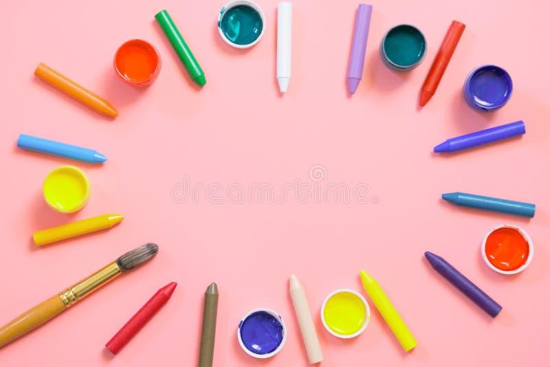 De nouveau ? l'?cole Crayons de cire color?s, peintures pour cr?atif sur le rose Copiez l'espace Vue sup?rieure photo stock